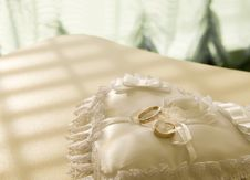 Free Gold Wedding Rings On A  Pillow Stock Image - 21967491