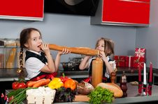 Free Two Little Girl In The Kitchen Royalty Free Stock Images - 21977529