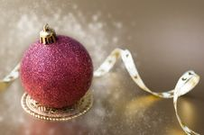 Free Christmas Ball With Gold Ribbon Bow With Snow Royalty Free Stock Image - 22079186