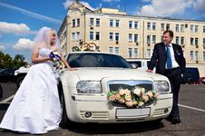 Bride And Groom About Wedding Limousine Royalty Free Stock Photos