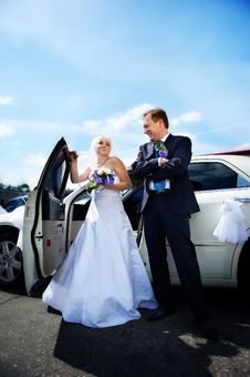 Bride And Groom About Wedding Limousine Stock Images