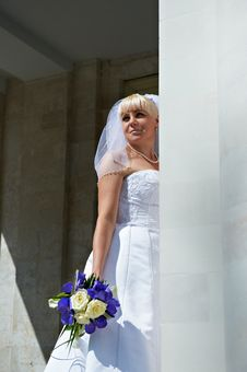 Free Happy Bride Near White Columns Royalty Free Stock Image - 22124786