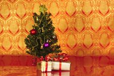 Free Christmas Tree With Christmas Gifts In Red Royalty Free Stock Photography - 22127457