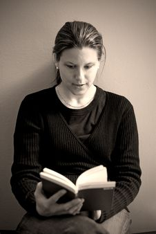 Free Young Woman Reading (sepia2) Stock Images - 2220094