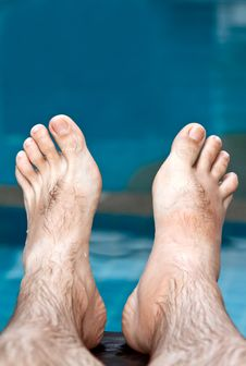 Free Men S Feet On The Background Of The Pool Royalty Free Stock Images - 22283379