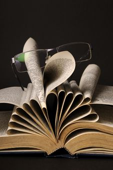 Free Glasses On Pages Of Book Royalty Free Stock Photography - 22329547