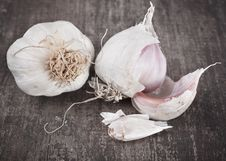 Free Garlic On Rough Chopping Board Stock Photos - 22415433
