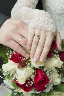 Free Hands Of The Newlyweds With Rings Royalty Free Stock Photography - 22595897