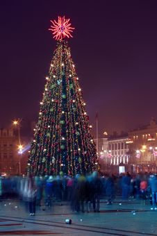 Free Christmas Tree With Many People Vilnius Lithuania Royalty Free Stock Photos - 22728728