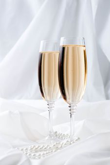Free Two Glasses Of Champagne Royalty Free Stock Images - 22788189