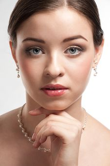 Free Beautiful Woman With Pearl Necklace Royalty Free Stock Images - 22827039