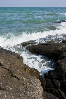 Free Wave Of Sea Pass Through Crack Of Stone Beach Royalty Free Stock Images - 22877709