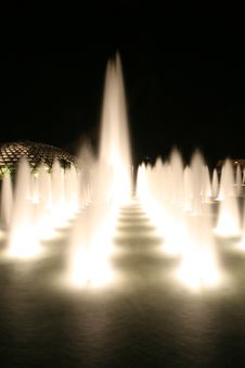 Free Dancing Fountain Royalty Free Stock Image - 2296126