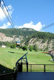 Free Cable Lift, Italian Mountains Royalty Free Stock Photos - 22959528