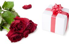 Free A Bouquet Of Roses And Gift On White Background. Royalty Free Stock Photos - 22977018