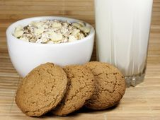 Free Milk, Cereal And Oatmeal Cookies Royalty Free Stock Photos - 22995828