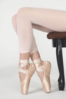Free Seated Ballerina S Legs On Pointe In White Tights Stock Photos - 23098003
