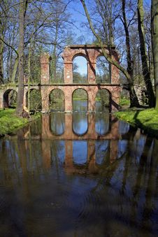 Free Aqueduct Reflecting In Pool Stock Images - 2318534
