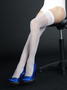 Free Legs In White Stockings And Blue Heels Sitting Royalty Free Stock Photography - 23119407