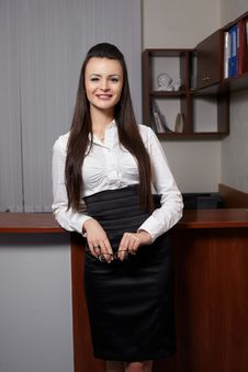 Free Young Business Woman Smiling N An Office Stock Images - 23185154
