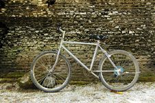 Free Bicycle Against A Wall Royalty Free Stock Photography - 2340827