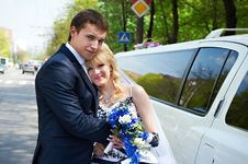 Free Happy Bride And Groom About Limousine Royalty Free Stock Images - 23507199