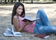 Free Yuong Woman Reading Book Stock Photography - 23518902