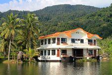 Free Luxury Lake House Royalty Free Stock Photography - 23614027