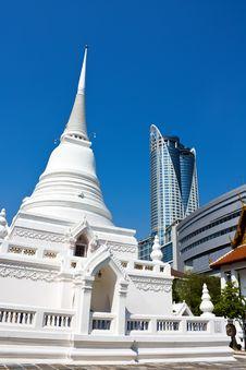 Free Temple Versus Modern Shopping Building In Bangkok Stock Photo - 23626050