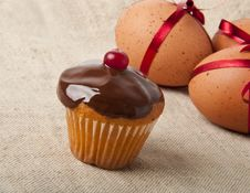 Free Cupcake  And Easter Eggs Royalty Free Stock Photos - 23631798
