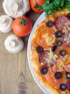 Free Pizza With Tomato, Sausage, Mushrooms, Cheese, Oli Stock Photos - 23711193