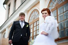 Free Happy Bride And Groom Near Ancient Palace Royalty Free Stock Photography - 23730167