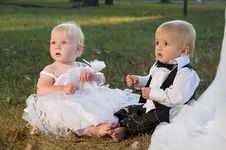 Free Children Dressed As Bride And Groom Royalty Free Stock Image - 23763696