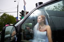 Free Elegant Bride Into Big Car Royalty Free Stock Photos - 23780618