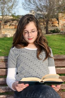 Free Girl  Reading A Book Royalty Free Stock Photography - 23784817