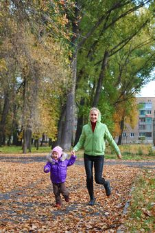 Free Woman  With Her Daughter In The Autumn Park Stock Photography - 23931252