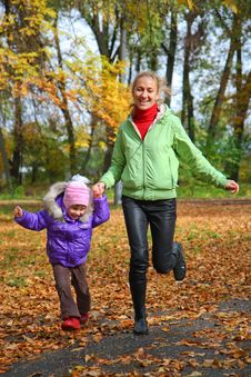 Free Woman  With Her Daughter In The Autumn Park Royalty Free Stock Images - 23931269
