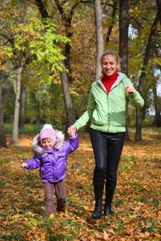 Free Woman  With Her Daughter In The Autumn Park Stock Images - 23931274