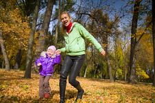 Free Woman  With Her Daughter In The Autumn Park Royalty Free Stock Photography - 23931297