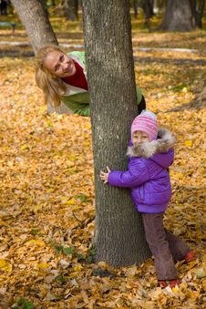 Free Woman  With Her Daughter In The Autumn Park Royalty Free Stock Photos - 23931318