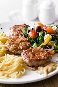 Free Cutlet And Salad Royalty Free Stock Photos - 23938138