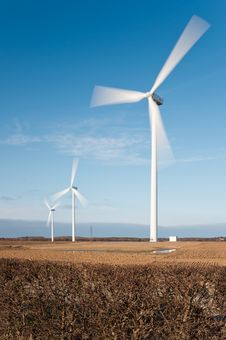 Free Wind Turbines With Motion Blur Vertical Royalty Free Stock Images - 23968999