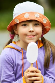 Free Portrait Of Girl With Ice Cream Royalty Free Stock Photos - 24068818