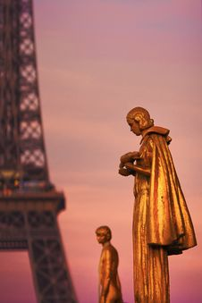 Free Golden Sculptures In Front Of The Eiffel Tower Royalty Free Stock Image - 24234566