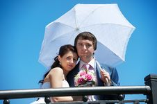 Free Happy Bride And Groom With Umbrella Royalty Free Stock Images - 24255089