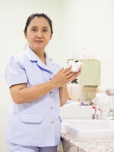 Free Nurse Rub The Hands Dry Stock Images - 24480624