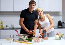 Free Couple In Their Kitchen Making Dinner Royalty Free Stock Photos - 24507868