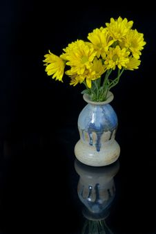 Free Yellow Daises In A Vase Royalty Free Stock Photos - 24546288