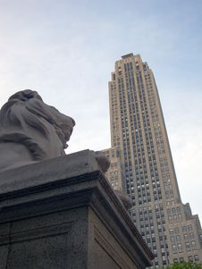 Lion Sculpture And Skyscraper Royalty Free Stock Photos
