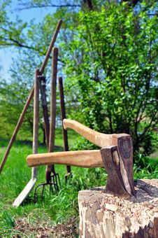 Free Two Axes In A Chopping Block Royalty Free Stock Images - 24595249